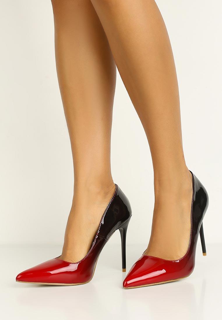 В фото ножки женские махровых туфлях